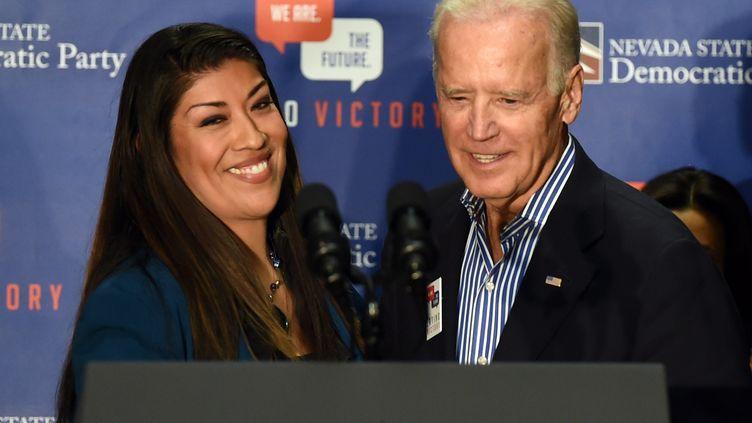 Joe Biden, alors vice-président des Etats-Unis, et la candidate au poste de gouverneure adjointe du Nevada Lucy Flores, à Las Vegas (Nevada), le 1er novembre 2014. (ETHAN MILLER / GETTY IMAGES NORTH AMERICA / AFP)