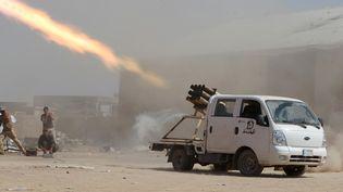 Des miliciens chiites irakiens tirent des roquettes sur des positions de combattants de l'Etat islamique, le 3 septembre 2014, près de Tikrit (Irak). (AHMAD AL-RUBAYE / AFP)