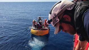 """Le bateau de secours en mer """"Ocean Viking"""" en route pour les côtes libyennes, le 5 août 2019. (ANNE CHAON / AFP)"""