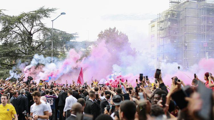 Les supporters du PSG manifestent leur joie devant le Parc des Princes, à Paris, lors de l'arrivée du joueur de foot brésilien Neymar, le 4 août 2017. (BENJAMIN CREMEL / AFP)
