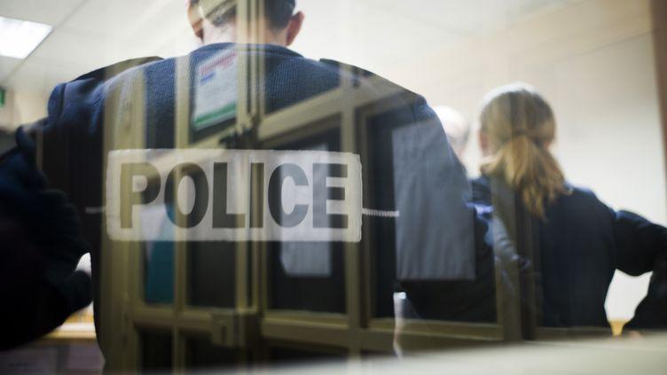 Dans un local de police à la Gare du Nord, à Paris, en novembre 2012. (FRED DUFOUR / AFP)