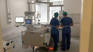 Les soignants de l'hôpital de Chambéry ne sont pas débordés par l'épidémie de Covid-19, mais la fatigue se fait sentir. (BENJAMIN MATHIEU / FRANCEINFO)