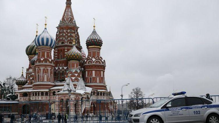 Une voiture de police sur la place Rouge le 15 novembre 2015, alors que Moscou vient d'annoncer de nouvelles mesures antiterroristes, après les attentats du 13 novembre 2015 à Paris.   (REUTERS/Maxim Zmeyev)