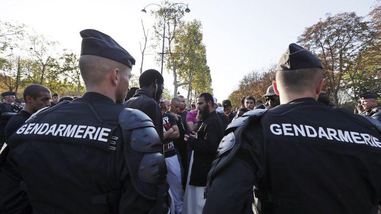 Les gendarmes barrent la route à la manifestation anti-américaine à Paris, le 15 septembre 2012. (KENZO TRIBOUILLARD / AFP)