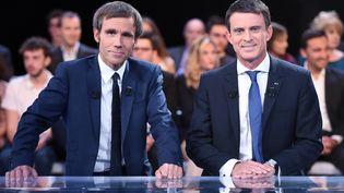 """David Pujadas et le Premierministre Manuel Valls sur le plateau de l'émission """"Des Paroles et des Actes"""", à Paris, le 24 septembre 2015. (STEPHANE DE SAKUTIN / AFP)"""