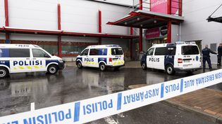 Des voitures de police devant un centre commercial à Kuopio, non loin dulycée professionnel, cible d'une attaque le 1er octobre 2019. (HANNU RAINAMO / LEHTIKUVA / AFP)