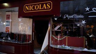 """Des commerces ont été vandalisés par des manifestants lors de la mobilisation des """"gilets jaunes"""", samedi 1er décembre à Paris. (GEOFFROY VAN DER HASSELT / AFP)"""