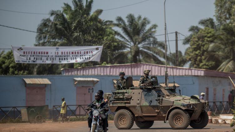 Des soldats français de la mission Sangaris en patrouille à Bangui,enCentrafrique, le 10 décembre 2015. (MARCO LONGARI / AFP)