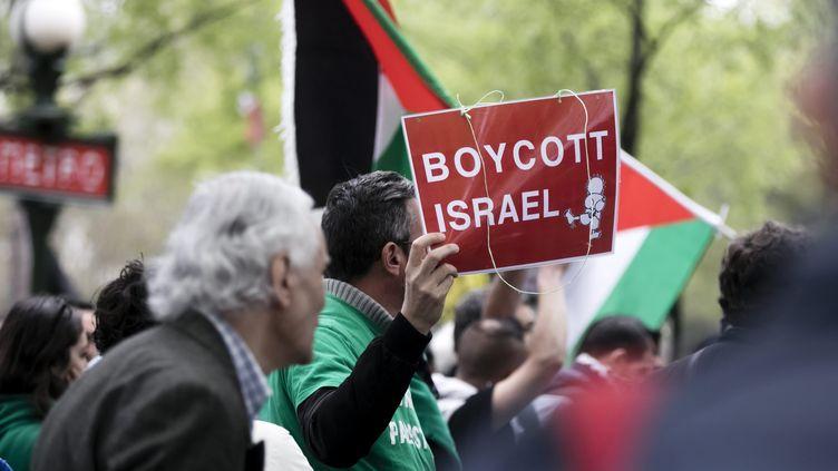 Une manifestation pro-palestinienne appelant au boycott d'Israël, le 1er avril 2017, à Paris. (MAXPPP)