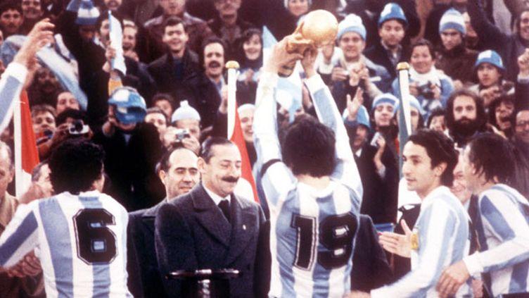 (Le général Videla assiste à la remise du trophée à l'Argentine © Heinz Ducklau/AP/SIPA)