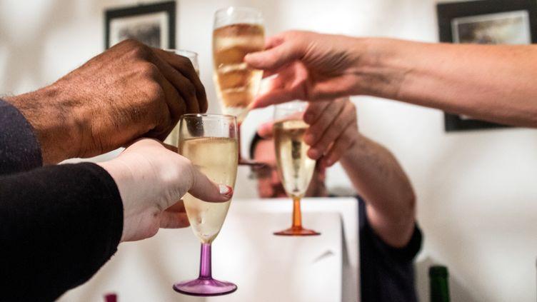Des personnes trinquent au champagne (illustration). (MAUD DUPUY / HANS LUCAS)