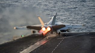 Un avion américain engagé dans la coalition contre l'Etat islamique, le 28 octobre 2014 dans le Golfe. (US NAVY / REUTERS)