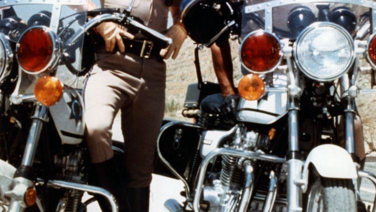 """Erik Estrada (à droite) etLarry Wilcox (à gauche) dans la série télé américaine """"Chips"""". (MGM TELEVISION / AFP)"""