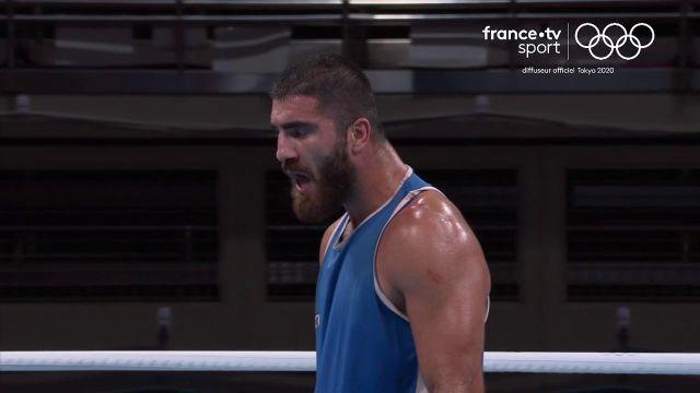 La grosse colère de Mourad Aliev après sa disqualification à cause de plusieurs coups de tête à son adversaire selon l'arbitre.La dernière chance de médaille pour le clan tricolore vient de s'envoler