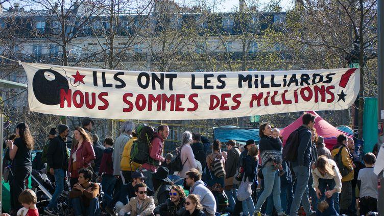 Une bannière place de la République le 10 avril 2016 à Paris. (CITIZENSIDE/LUCAS ARLAND / CITIZENSIDE)