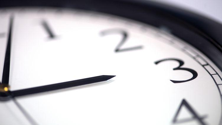 Le changement d'heure a été instauré en France en 1976 pour réaliser des économies d'énergie. (RALF HIRSCHBERGER / DPA)