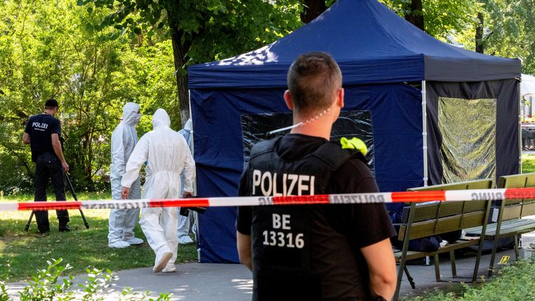 Lesexperts médico-légaux de la police rassemblent des preuves, le 23 août 2019, sur le site d'une scène de crime dans un parc de Berlin (Allemagne), où un homme d'origine géorgienne a été abattu. (CHRISTOPH SOEDER / DPA / AFP)
