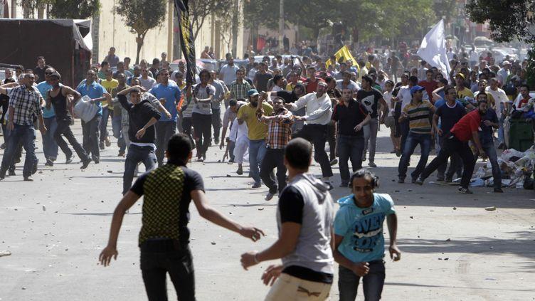 Affrontements entre pro et anti-Morsi, au Caire (Egypte), le 4 octobre 2013. (MOHAMED ABD EL GHANY / REUTERS)