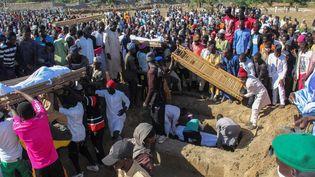 Le 29 novembre 2020, au moins 76 paysans retrouvés tués ont été enterrés en présence du gouverneur de l'Etat du Borno (Nigeria), à Zabarmari. (AUDU MARTE / AFP)