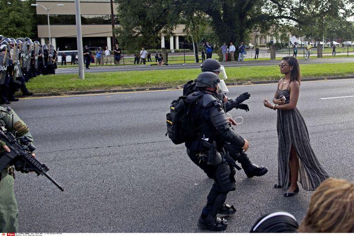 Une femme refuse de quitter les lieux face aux policiers, samedi 9 juillet 2016 à Bâton-Rouge (Etats-Unis). (MAX BECHERER / AP / SIPA)