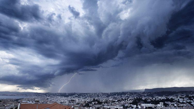 L'alerte aux orages, qui concernait encore huit départements du centre-est de la France, a été levée mardi 1er septembre 2015 à l'aube. (VALERY HACHE / AFP)