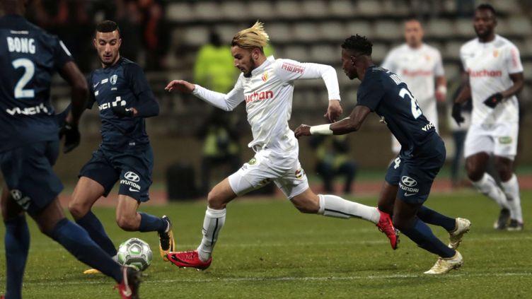 Le Lensois Zoubir au milieu de trois joueurs du Paris FC