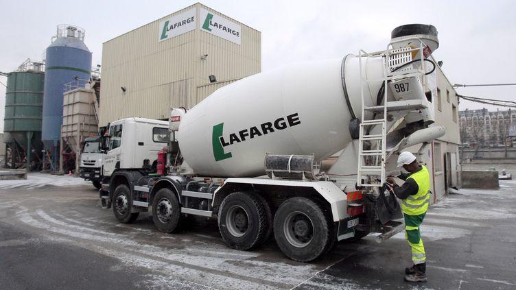 Un camion de la société Lafarge, dans son centre de distribution, à Paris, le 6 janvier 2010.(Photo d'illustration) (JACQUES DEMARTHON / AFP)