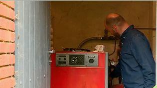 Trois millions et demi de foyers qui se chauffent au fioul ont vu le prix du carburant augmenter de 30% en un an. Le gouvernement entend se débarrasser de ce mode de chauffage en dix ans. (FRANCE 2)