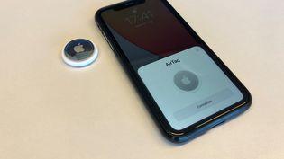 Un iPhone et un AirTag en train de s'appairer.    (FRANCEINFO)