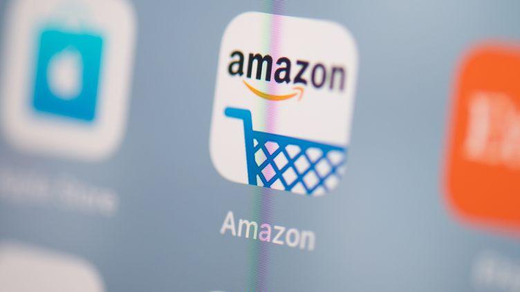 L'application Amazon sur un téléphone. (MARTIN BUREAU / AFP)