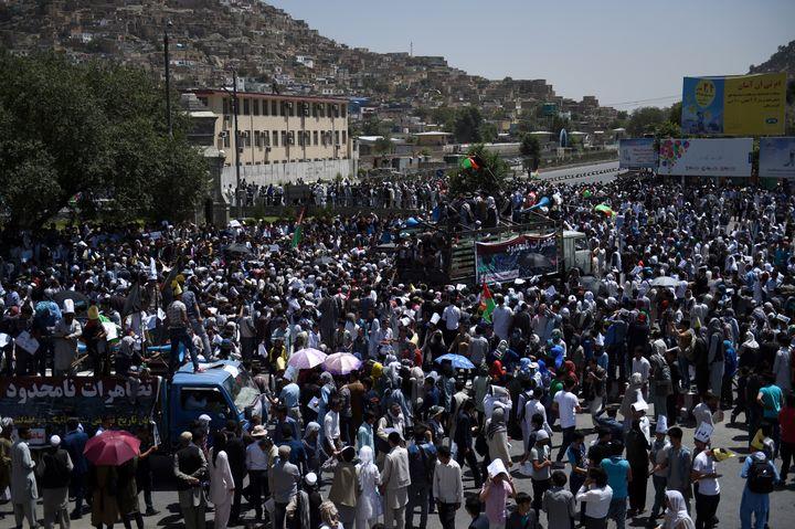 Les manifestants, issus de la minorité hazara, protestaient contre un projet de ligne à haute tension qui délaisse leur territoire. (WAKIL KOHSAR / AFP)