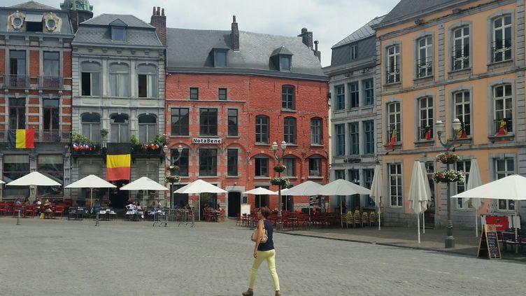 Les supporters belges se préparent à la demi-finale de Coupe du monde contre la France, comme ici à Mons, près de la frontière française. (PHILIPPE RANDÉ / RADIOFRANCE)
