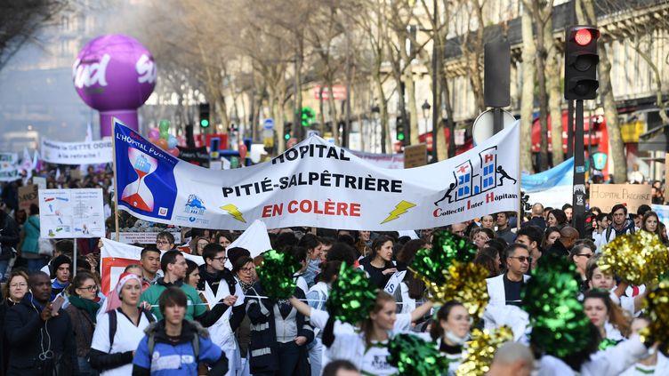 """La manifestation pour """"Sauver l'hôpital"""" à Paris, le 17 décembre 2019. (ALAIN JOCARD / AFP)"""