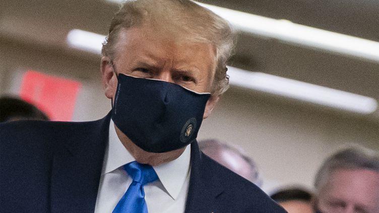Le président américain Donald Trump porte un masque pour lutter contre la pandémie de Covid-19, le 11 juillet 2020 à Bethesda (Etats-Unis). (ALEX EDELMAN / AFP)