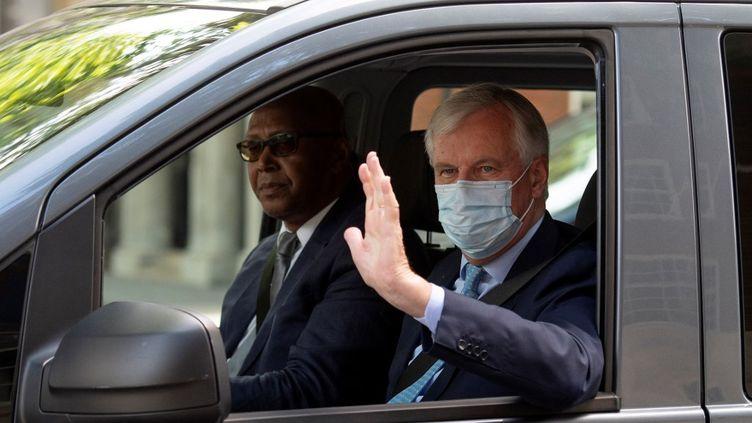 Lenégociateur de l'Union européenne sur le Brexit, Michel Barnier, quitte la Maison de l'Europe, à Londres (Royaume-Uni), le 23 juillet 2020. (JUSTIN TALLIS / AFP)