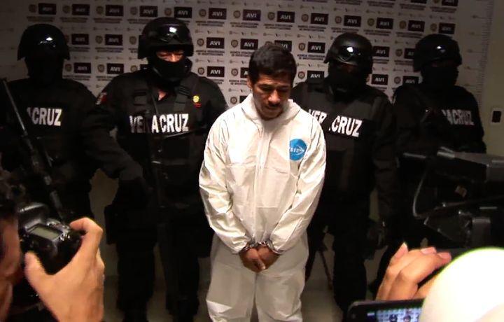 """Capture d'écran de Jorge Antonio Hernández Silva, alias """"El Silva"""" présenté à la télévision comme le co-responsable présumé du meurtre de Regina Martinez, le 31 octobre 2012. (PLUMAS LIBRES)"""