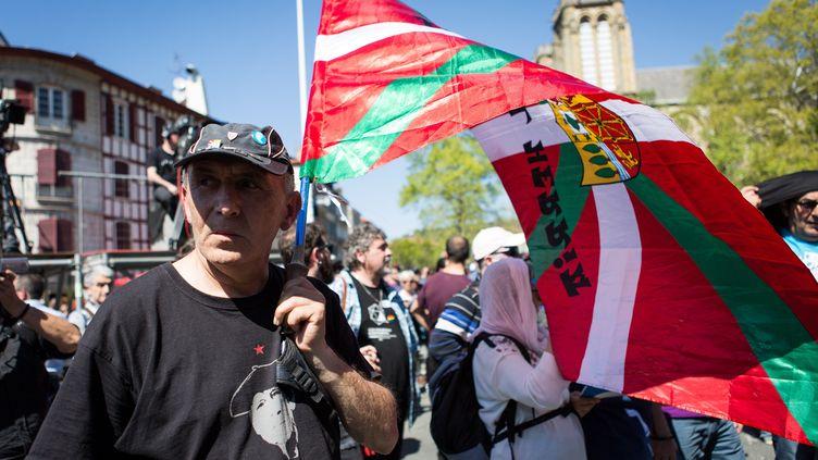 Un homme tient un drapeau basque pendant le rassemblement des sympathisants de l'ETA organisé à Bayonne (Pyrénées-Atlantiques), le samedi 8 avril 2017. (JAVI JULIO / ANADOLU AGENCY)