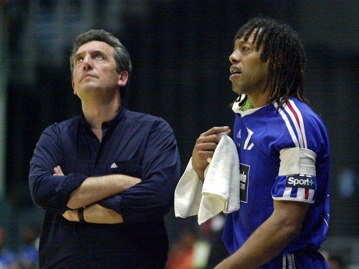 Le sélectionneur des Bleus, Claude Onesta, face à son joueur Jackson Richardson, le 5 février 2005 à Radès (Tunisie). (FETHI BELAID / AFP)