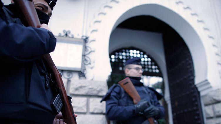 (Policiers en faction devant la Grande mosquée de Paris. La tension sur les effectifs est particulièrement criante en région parisienne. © REUTERS/Christian Hartmann)