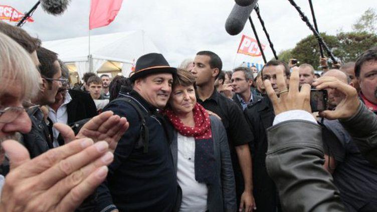 Martine Aubry pose avec un visiteur, le 17 septembre, à La Courneuve. (JACQUES DEMARTHON / AFP)