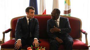 Le président français Emmanuel Macron avant son homologue ivoirien, Alassane Ouattara, à Abidjan, samedi 21 décembre 2019. (LUDOVIC MARIN / AFP)