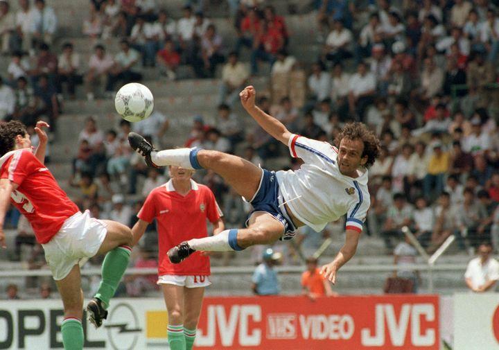Michel Platini, alors en fin de carrière, photographié ici lors du Mondial 1986 au Mexique. (GEORGES GOBET / AFP)