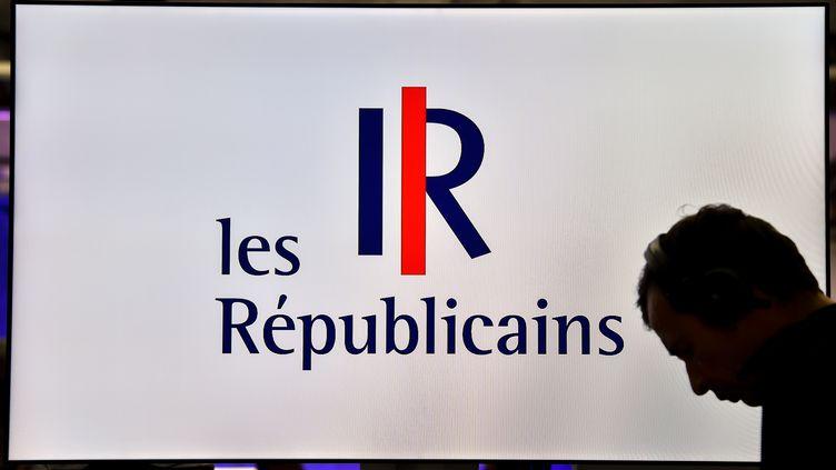 Un homme devant le logo du parti Les Républicains, le 8 juin 2016, àSaint-Andre-lez-Lille (Nord). (PHILIPPE HUGUEN / AFP)