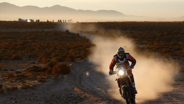 Le pilote français de KTM, Antoine Méo, a réalisé la course idéale entre Uyuni (Bolivie) et Salta (Argentine) pour signer une première victoire en carrière sur le Dakar. (FELIPE TRUEBA / EFE)