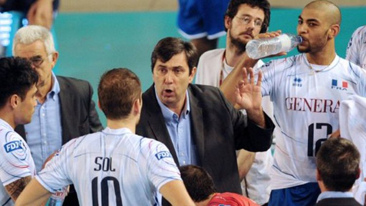 Philippe Blain, l'entraîneur tricolore, au milieu de Kiefer et Antiga (FRANCOIS LO PRESTI / AFP)