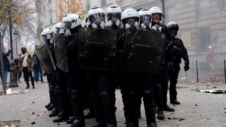 Des forces de l'ordre, à Paris, le 5 décembre 2019. (NATHANAEL CHARBONNIER / FRANCE-INFO)