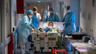 Un patient atteint du Covid-19 transféré dans l'Unité post-réanimation respiratoire créée à l'hôpital Emile Muller à Mulhouse (Haut-Rhin), le 17 avril 2020. (PATRICK HERTZOG / AFP)