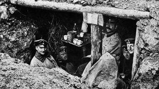 Des soldats allemands buvant du café dans une tranchée en 1914. (LEEMAGE / AFP)