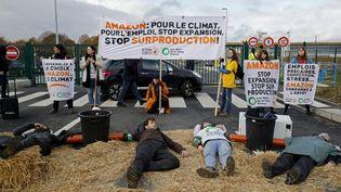 """Des militants écologistes manifestent devant un centre d'Amazon à Brétigny-sur-Orge (Essonne), le 28 novembre 2019, pour protester contre le """"Black Friday"""". (THOMAS SAMSON / AFP)"""