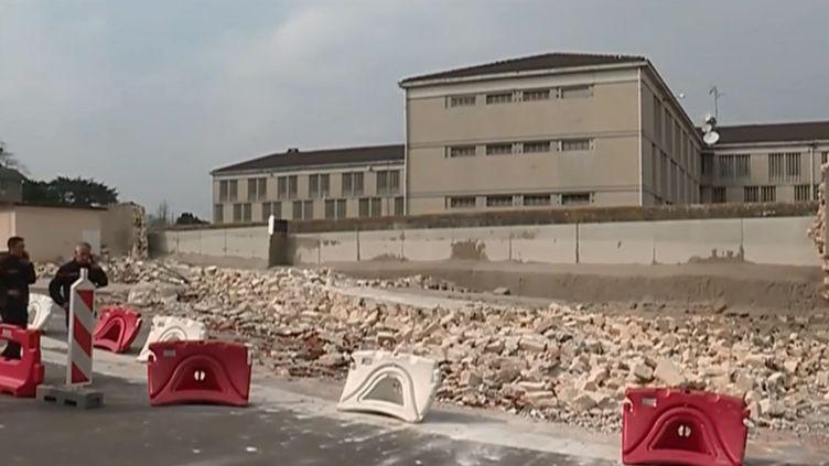 Le mur de la prison de Poissy (Yvelines) après son effondrement. (FRANCE 3)